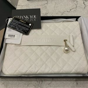 CHANEL 19S Pearl White Iridescent O Case Clutch❣️